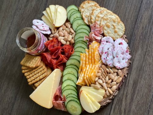 How to make an easy charcuterie board on a budget header